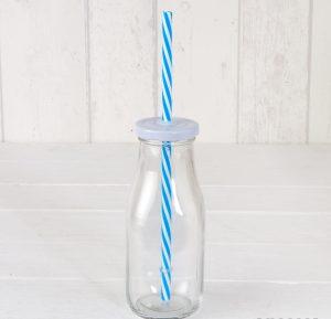 Botella de cristal con tapa y caña azul